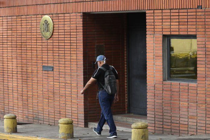 Siguen incomunicados los trabajadores detenidos de la Embajada de España en Caracas