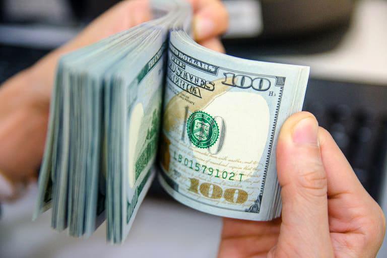 Dólar hoy: el blue sigue bajando y recorta casi $20 en cuatro ruedas