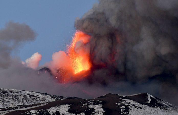 Catania y sus alrededores amanecieron cubiertos de ceniza tras erupción del volcán Etna